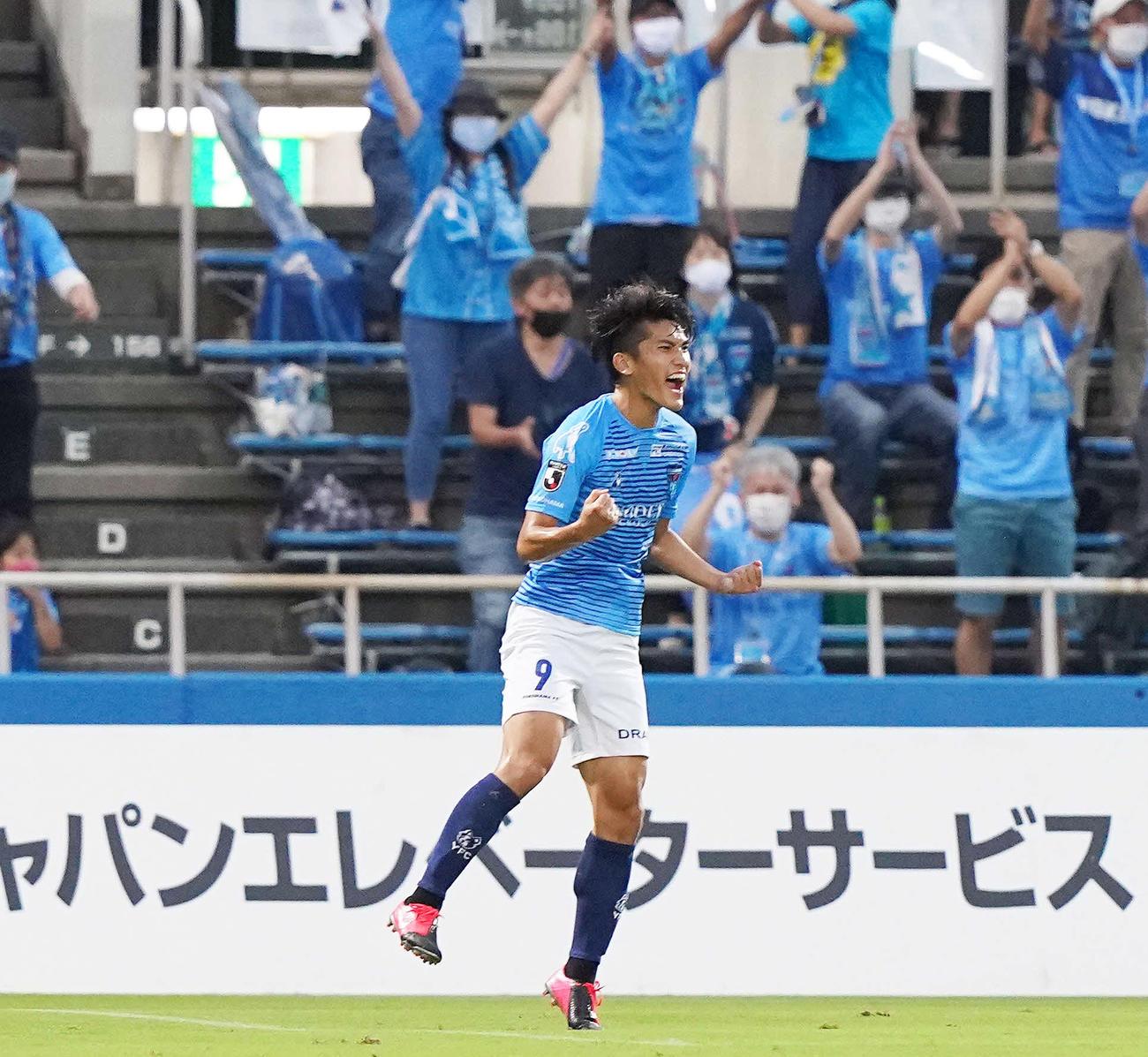 前半、先制ゴールを決めガッツポーズする横浜FC・FW一美(撮影・江口和貴)