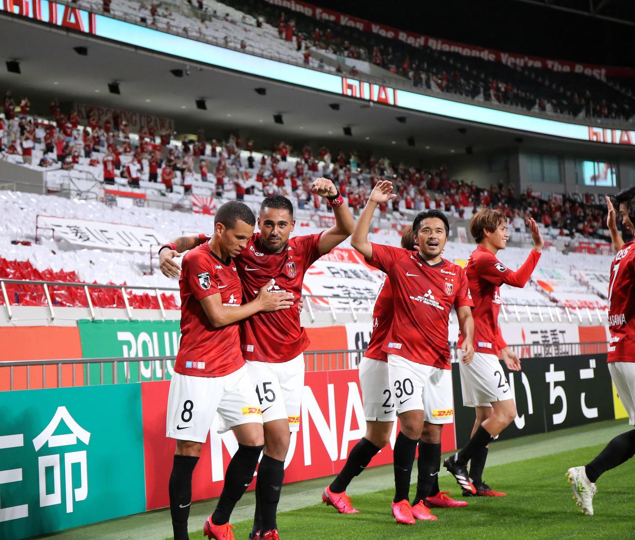 浦和対鹿島 後半、先制ゴールを決めた浦和MFエヴェルトン(左)はイレブンに祝福される(撮影・浅見桂子)