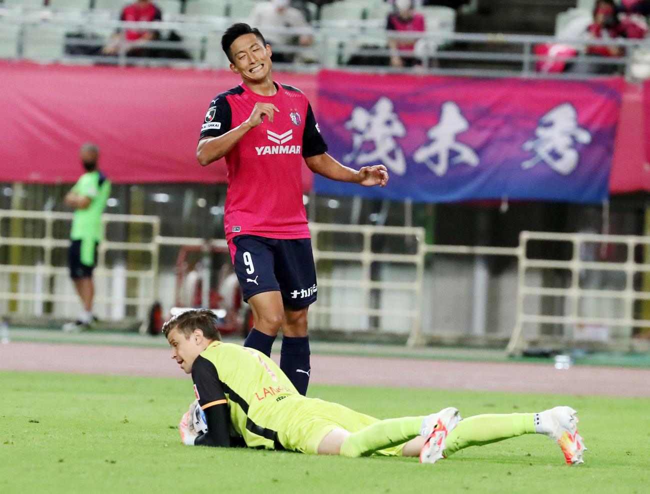 C大阪対名古屋 後半、C大阪FW都倉はゴール前で名古屋GKランゲラックにセーブされ攻めきれず(撮影・加藤哉)