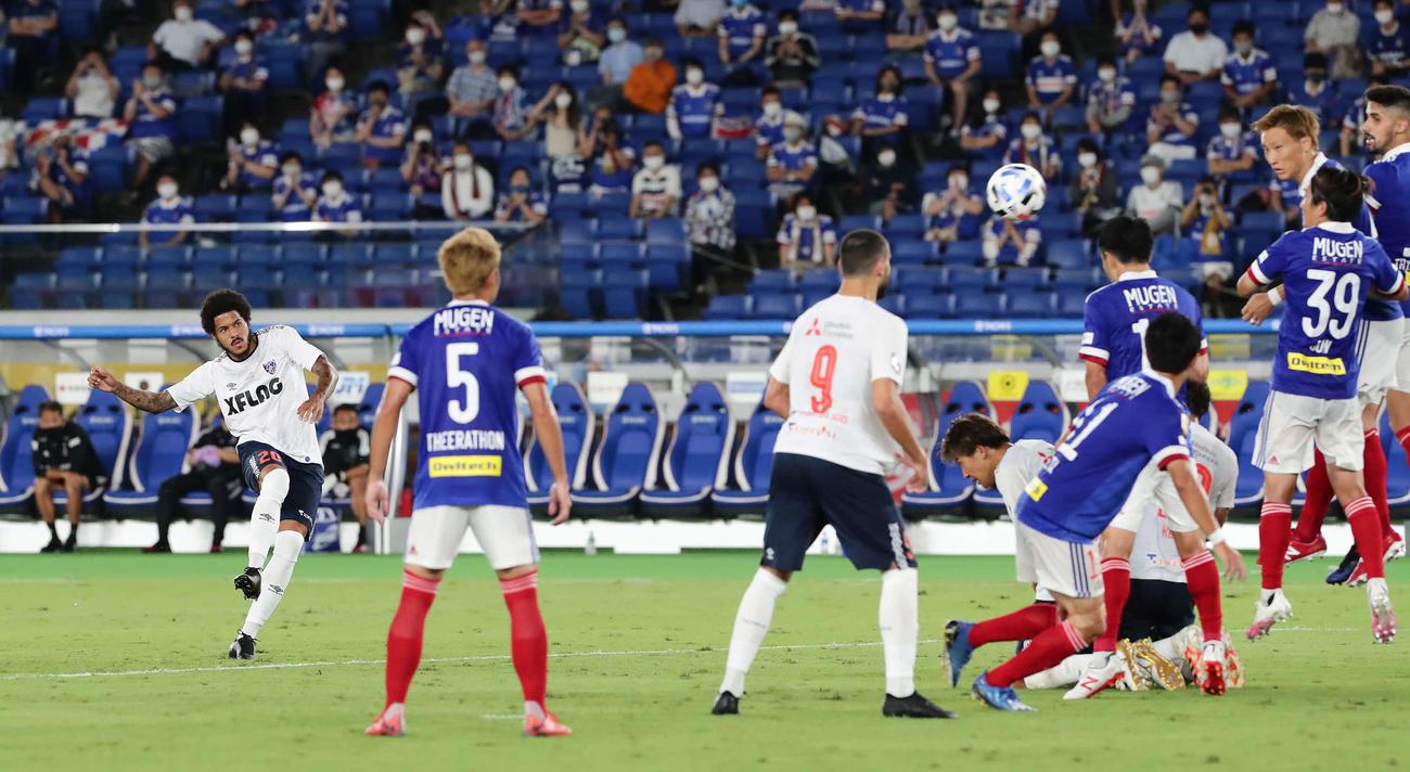 横浜対東京 前半、東京FWレアンドロがFKを直接蹴り込み勝ち越す(撮影・丹羽敏通)