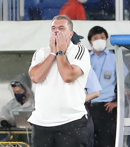 横浜対東京 後半、好機も決めきれず、顔を覆う横浜のポステコグルー監督(撮影・丹羽敏通)
