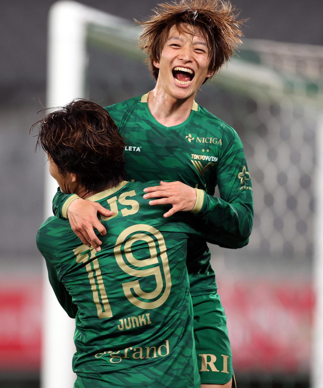 東京V対甲府 後半、この日、2点目のゴールを決める東京V・MF井上(撮影・狩俣裕三)