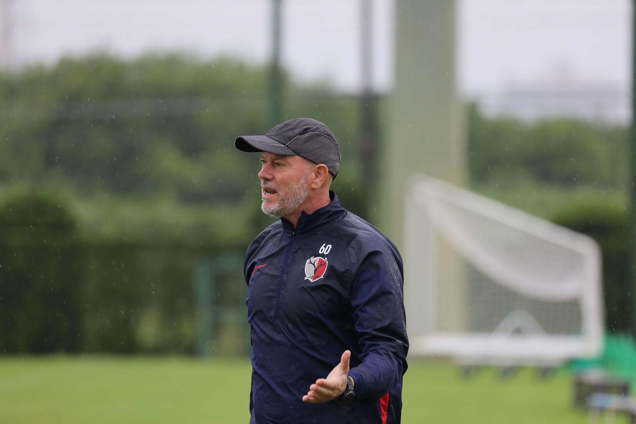 今季初勝利へ向けて雨の中で練習を行う鹿島ザーゴ監督 (C)KASHIMA ANTLERS