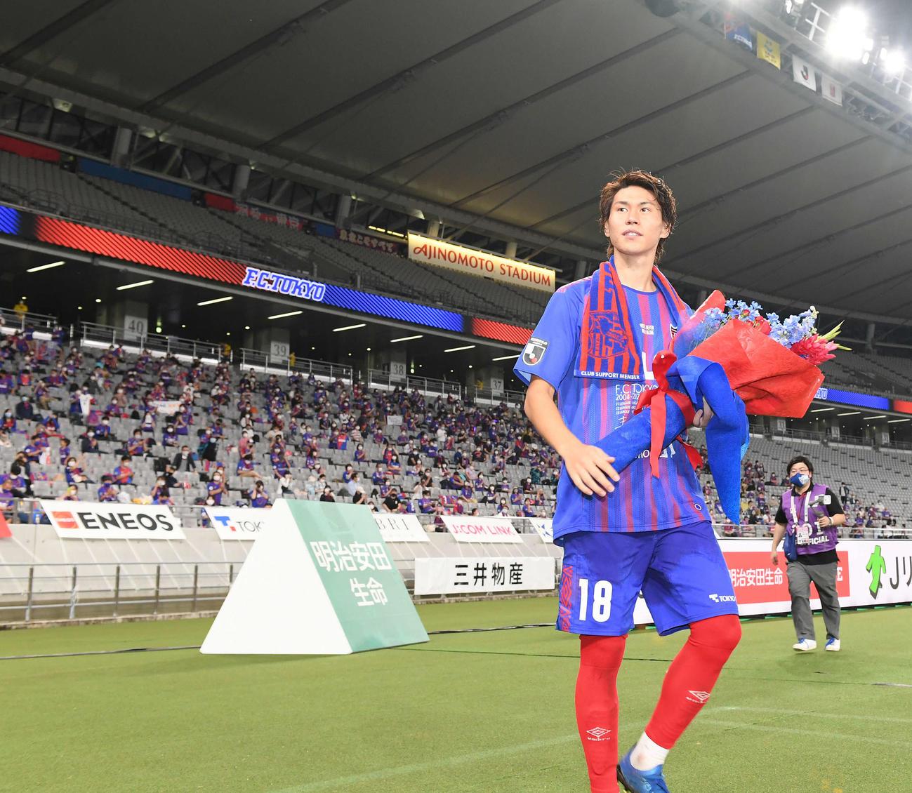 7月18日、浦和戦後の壮行セレモニーで、笑顔で手を振りながら場内1周する東京MF橋本
