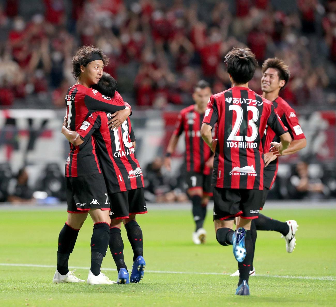 札幌対横浜 前半18分、ゴールを決め喜び合う札幌MF荒野(左)とMFチャナティップ(撮影・佐藤翔太)