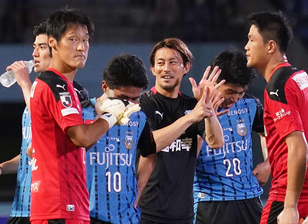 川崎F対湘南 湘南に勝利し6連勝とし手で「6」を見せるMF家長(中央)(撮影・江口和貴)