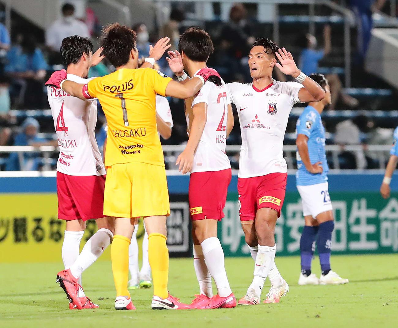 横浜FC対浦和 勝利を喜ぶ槙野(右)ら浦和イレブン(撮影・丹羽敏通)