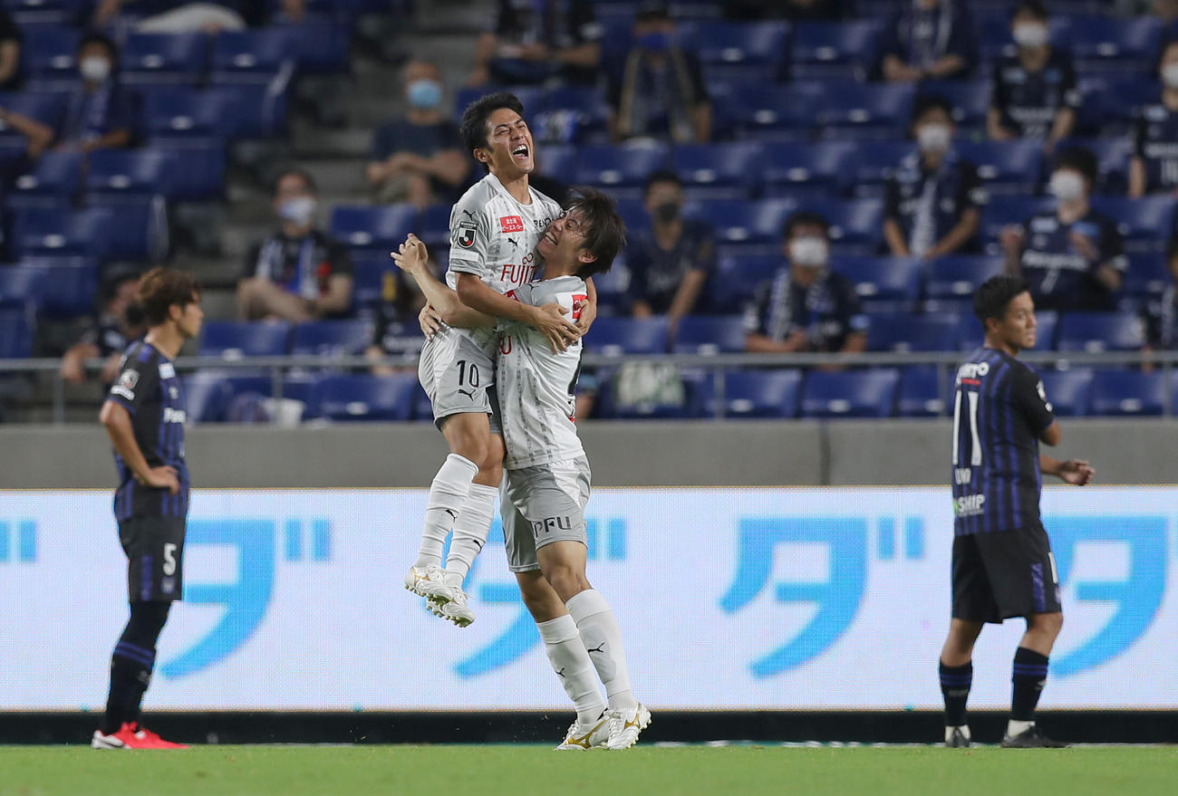 G大阪対川崎F 後半、先制ゴールを決めた川崎F・MF大島(中央左)はMF田中と抱き合って喜ぶ(撮影・前田充)
