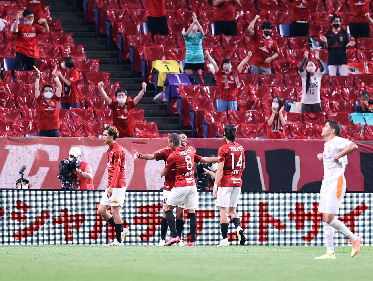 浦和対清水 後半、ゴールを決めた浦和FWレオナルド(中央奥)はイレブンと抱き合い喜ぶ(撮影・浅見桂子)