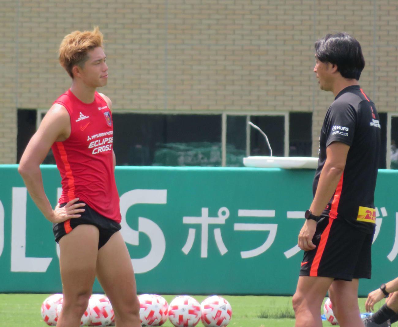 練習後、大槻監督(右)と1対1で会話する浦和DF荻原