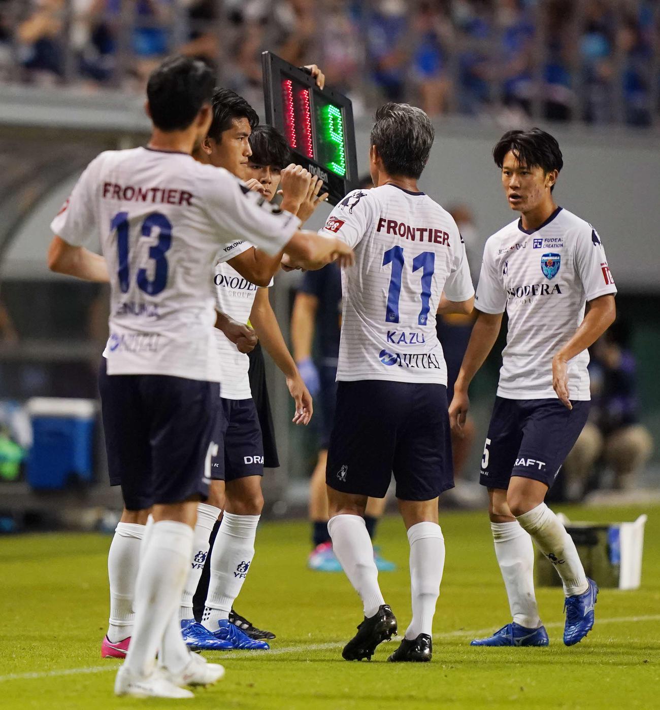 鳥栖対横浜FC 後半途中で交代する横浜FC・FWカズ(右から2人目)(撮影・江口和貴)