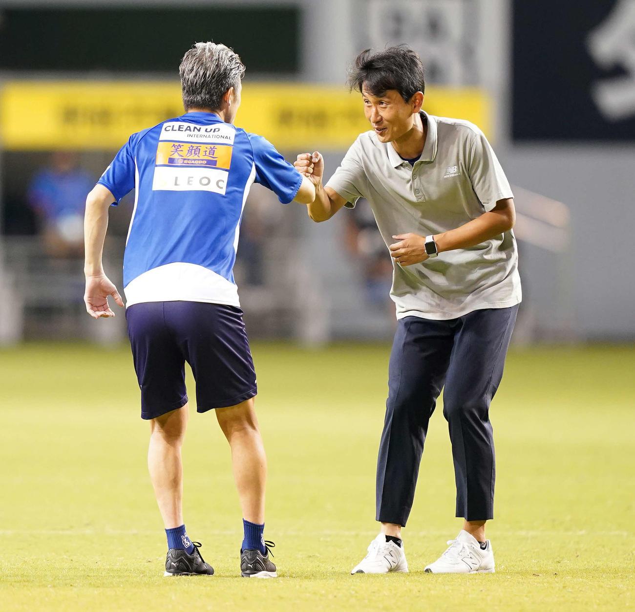 鳥栖対横浜FC 試合後、横浜FC・FWカズ(左)とあいさつをかわす鳥栖金監督(撮影・江口和貴)