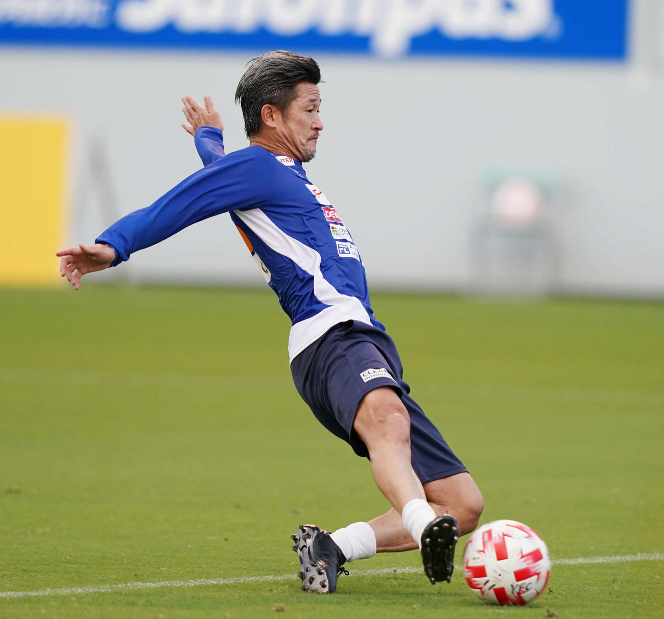 鳥栖対横浜FC 試合前練習に臨む横浜FC・FWカズ(撮影・江口和貴)