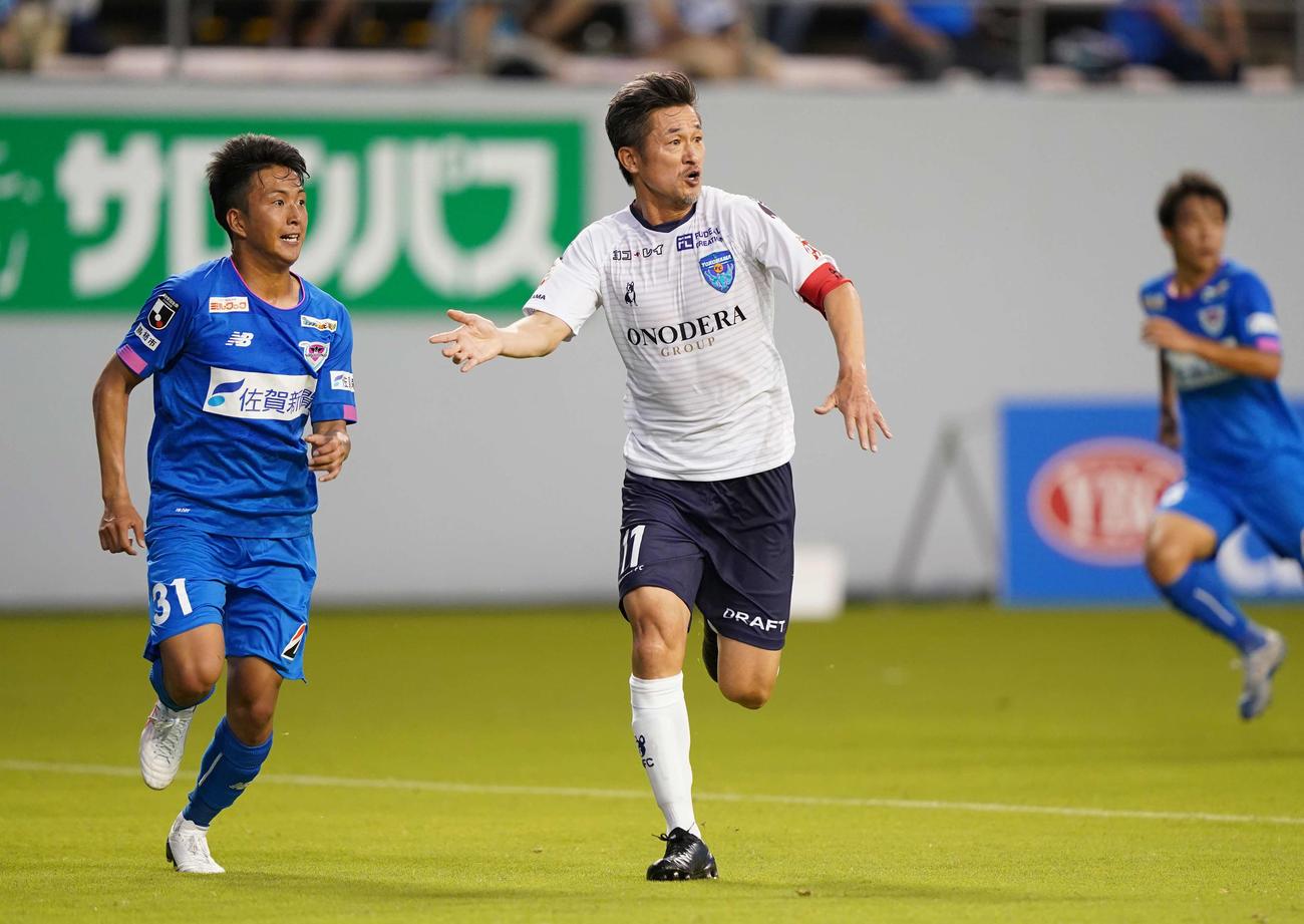 鳥栖対横浜FC 前半、ゴール前に走り込む横浜FC・FWカズ(撮影・江口和貴)