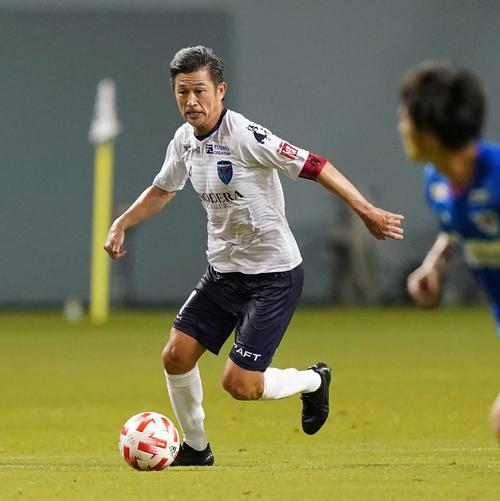 鳥栖対横浜FC 前半、ドリブルする横浜FC・FWカズ(撮影・江口和貴)