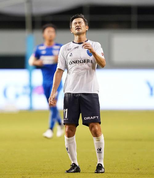 鳥栖対横浜FC 前半、悔しい表情の横浜FC・FWカズ(撮影・江口和貴)
