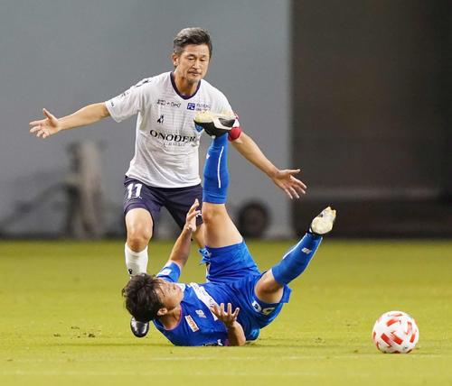 鳥栖対横浜FC 前半、ファウルする横浜FC・FWカズ(撮影・江口和貴)