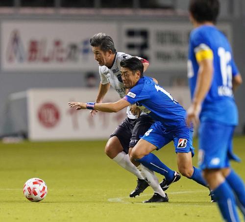 鳥栖対横浜FC 前半、鳥栖MF高橋義(右)と競り合う横浜FC・FWカズ(撮影・江口和貴)