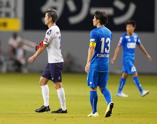 鳥栖対横浜FC 後半、交代を告げられキャプテンマークを外す横浜FC・FWカズ(撮影・江口和貴)