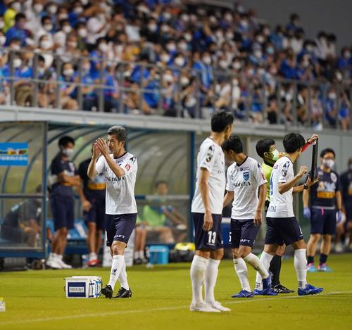 鳥栖対横浜FC 後半途中で交代しファンの拍手に応える横浜FC・FWカズ(撮影・江口和貴)