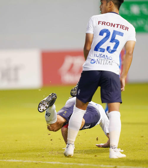 鳥栖対横浜FC 前半、ヘディングシュートを放つ横浜FC・FWカズ(撮影・江口和貴)
