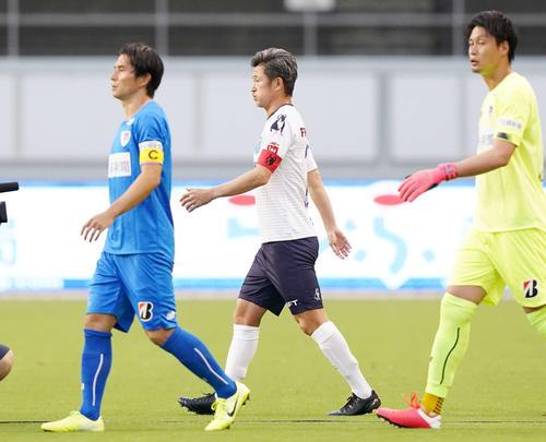 鳥栖対横浜FC キャプテンマークをつけ入場する横浜FC・FWカズ(中央)(撮影・江口和貴)