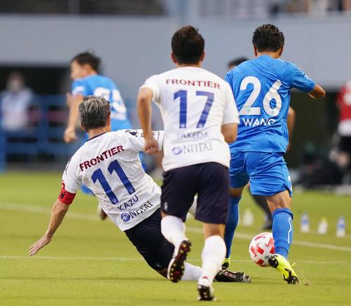 鳥栖対横浜FC 前半、スライディングする横浜FC・FWカズ(撮影・江口和貴)