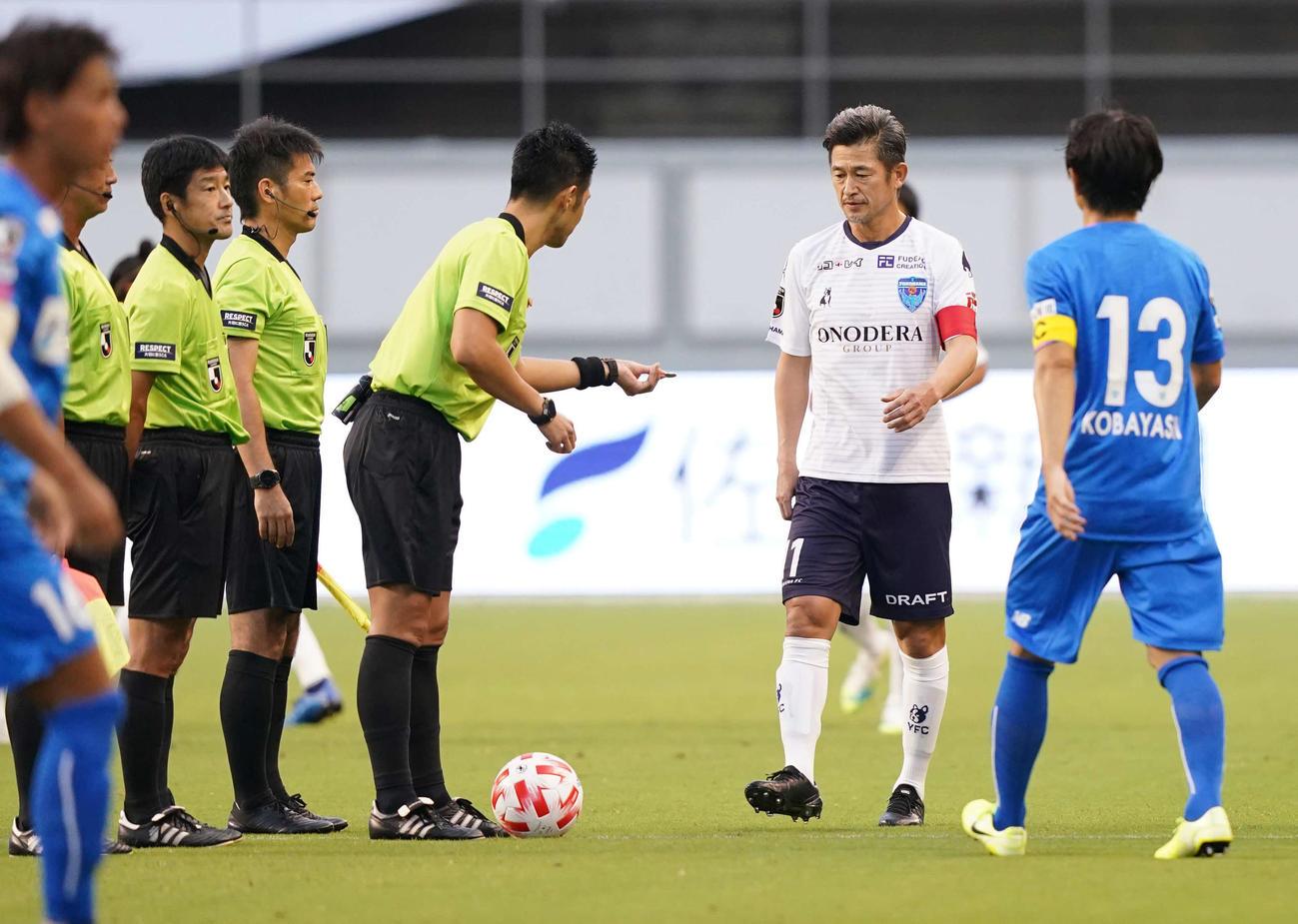 鳥栖対横浜FC 試合前、コイントスする横浜FC・FWカズ(撮影・江口和貴)