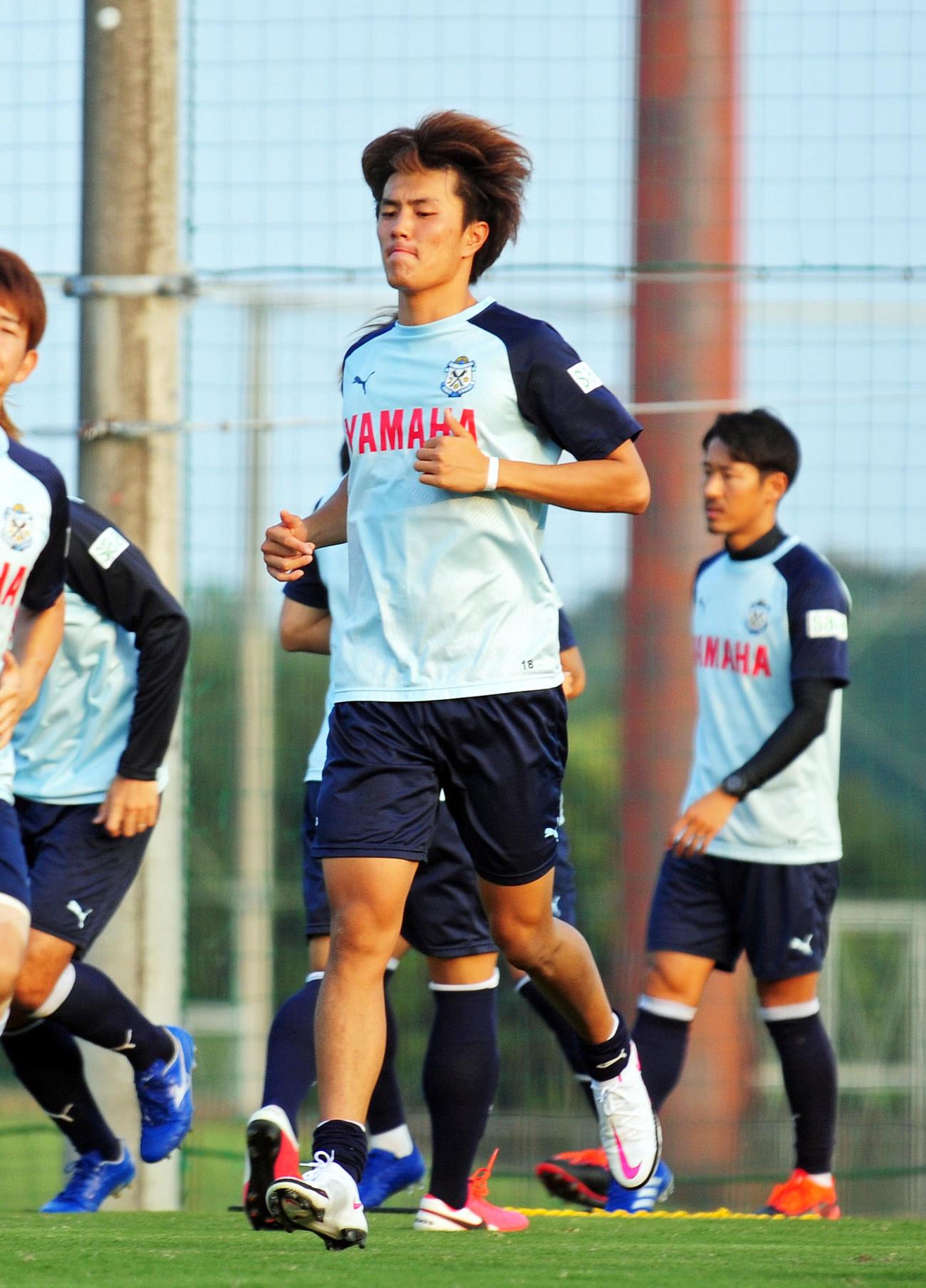 引き締まった表情でウオーミングアップに励む磐田FW小川航