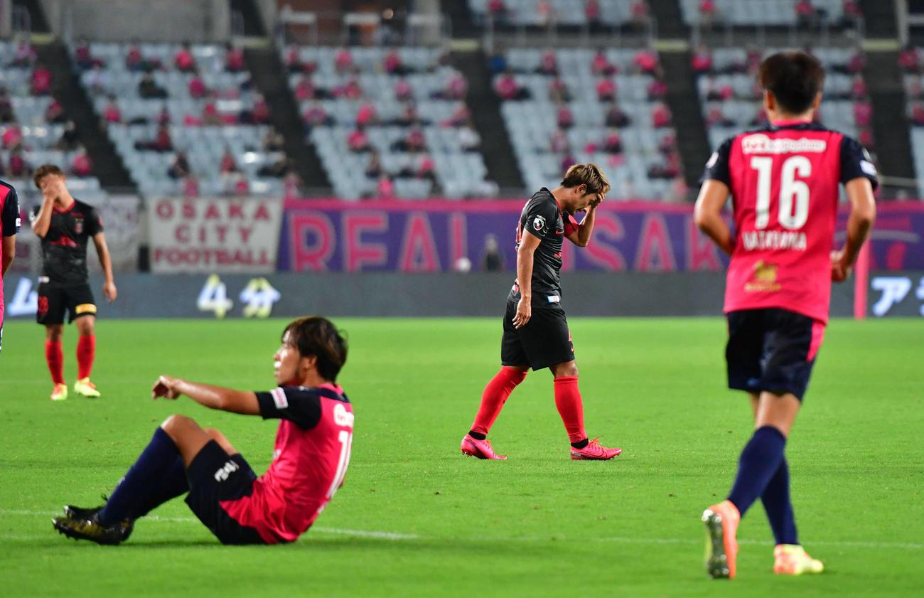 C大阪対浦和 後半、シュートを放つも決められず、悔しそうに頭を抱える浦和FW関根貴大(撮影・岩下翔太)