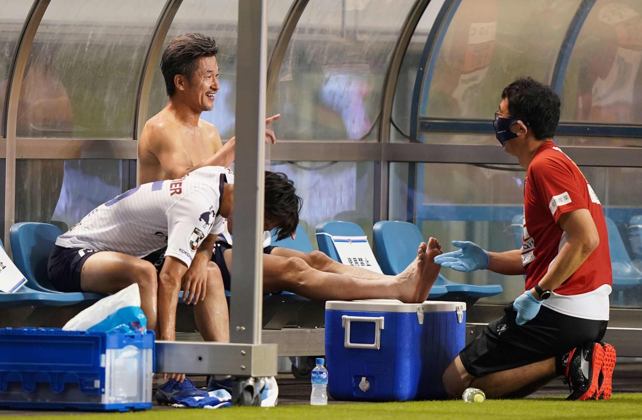 鳥栖対横浜FC 後半途中で交代しベンチで笑顔を見せる横浜FC・FWカズ(撮影・江口和貴)