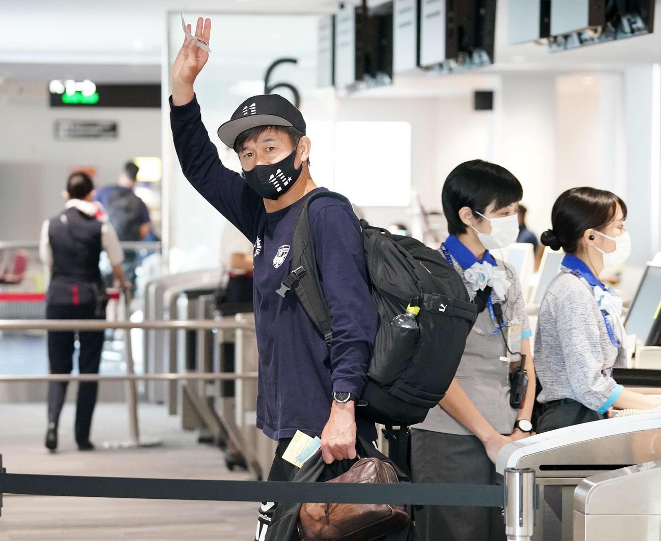 ルヴァン杯の鳥栖-横浜FC戦先発出場から一夜明け、カメラに手を上げながら飛行機に乗り込む横浜FC・FWカズ(撮影・江口和貴)