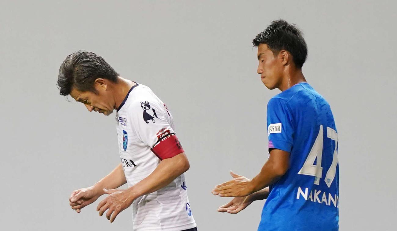 横浜FC・FWカズ(三浦知良)(左)と鳥栖DF中野伸哉