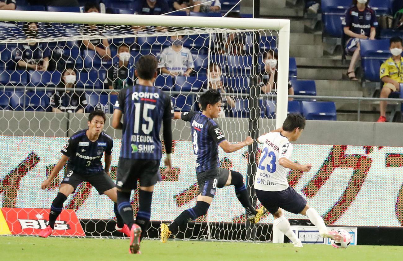 G大阪対横浜FC 後半、正面からシュートを放ちゴールを決める横浜FCのFW斉藤(撮影・加藤哉)