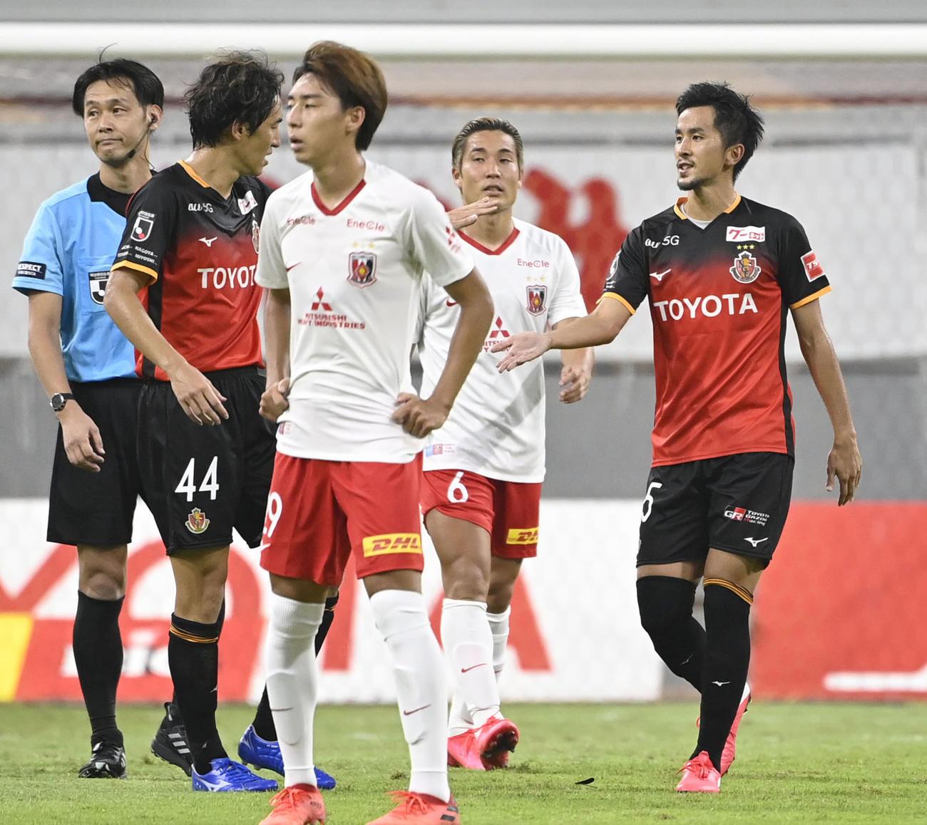 名古屋―浦和 後半、自身4点目のゴールを決め、金崎(44)とタッチする名古屋・前田(右端)(共同)