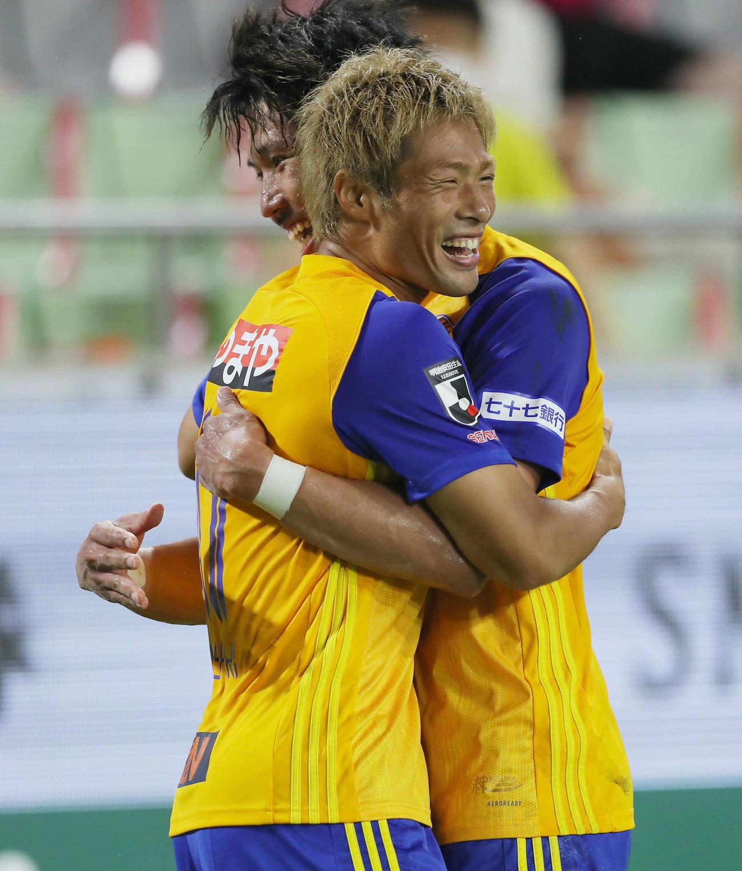 神戸対仙台 後半、ゴールを決めた仙台FW赤崎(手前)はDF柳の祝福を受け笑顔を見せる(撮影・前田充)