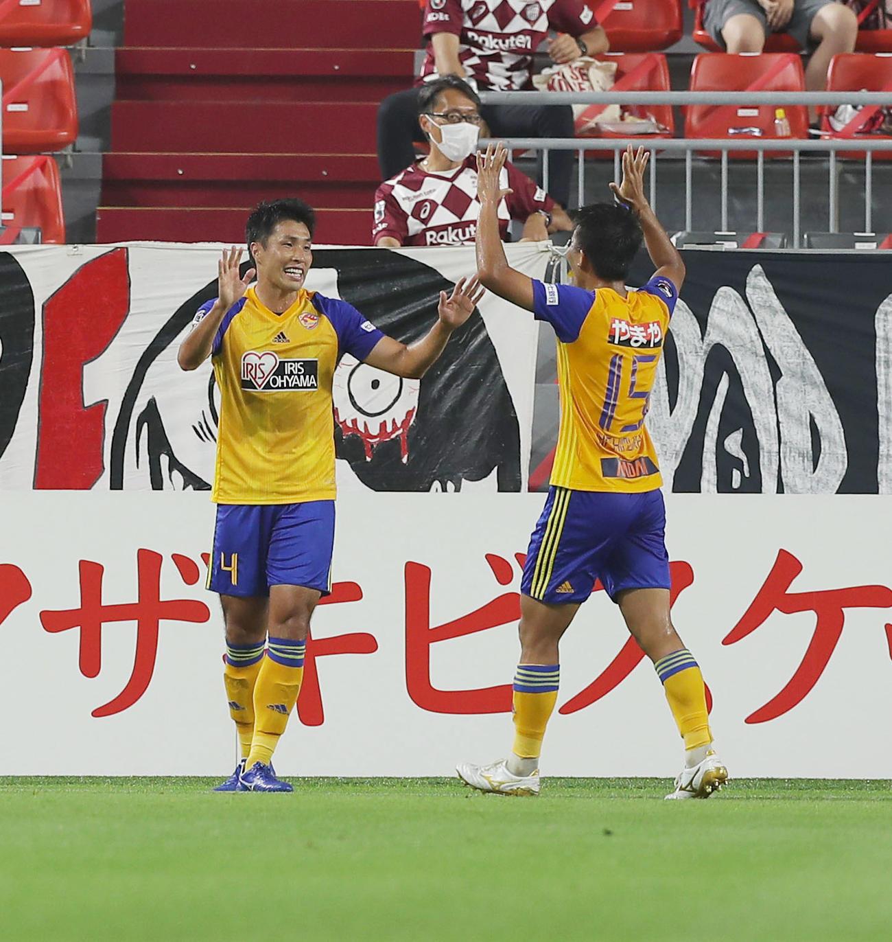 神戸対仙台 前半、先制のオウンゴールが決まり喜ぶ仙台DF蜂須賀(左)とFW西村(撮影・前田充)