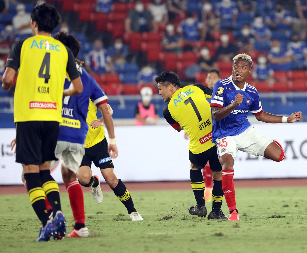 横浜対柏 後半、右足で同点となるゴールを決める横浜FWオナイウ(撮影・垰建太)