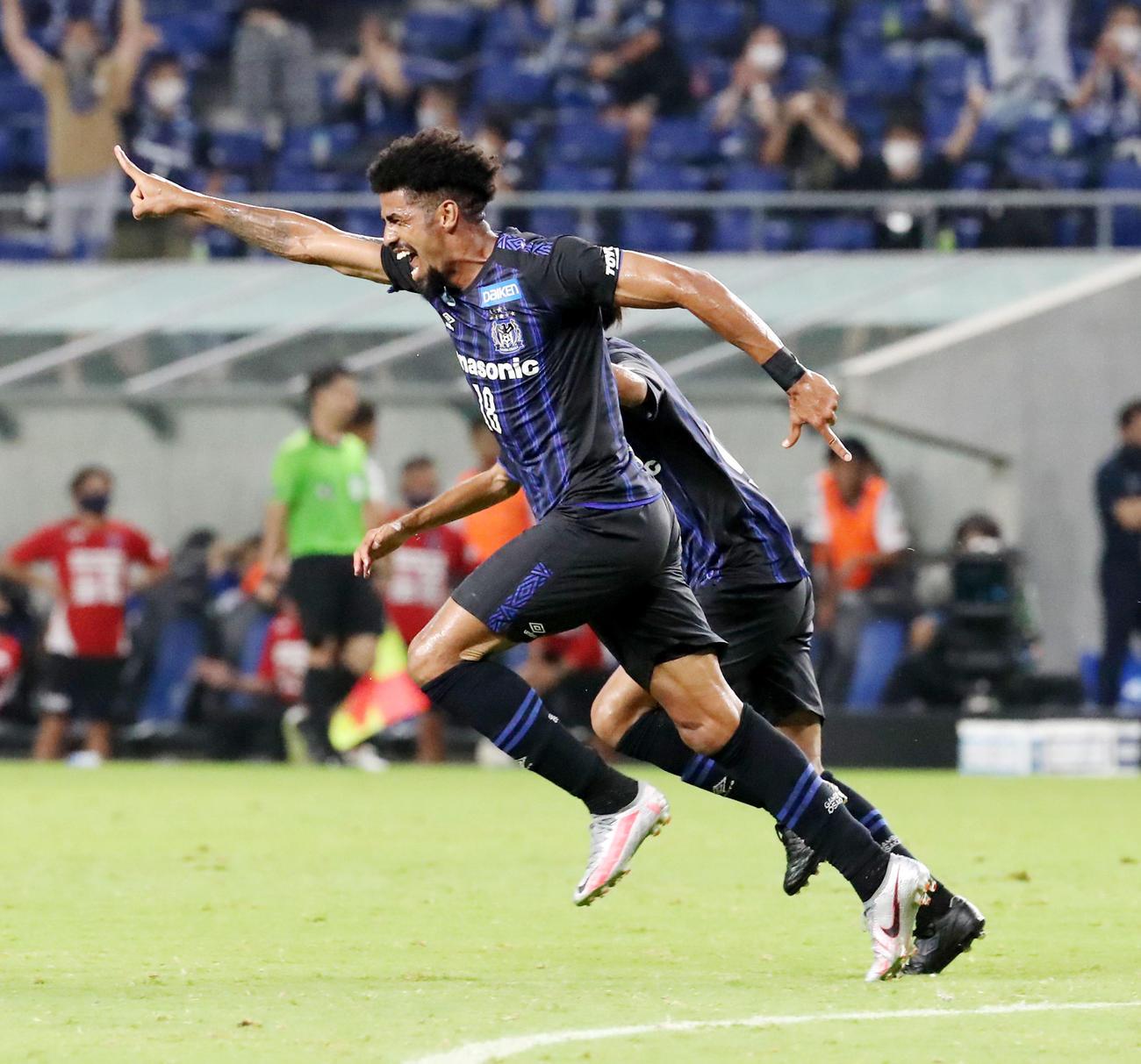 G大阪対横浜FC 後半、G大阪FWパトリックはCKに頭で合わせ勝ち越しゴールを決める(撮影・加藤哉)