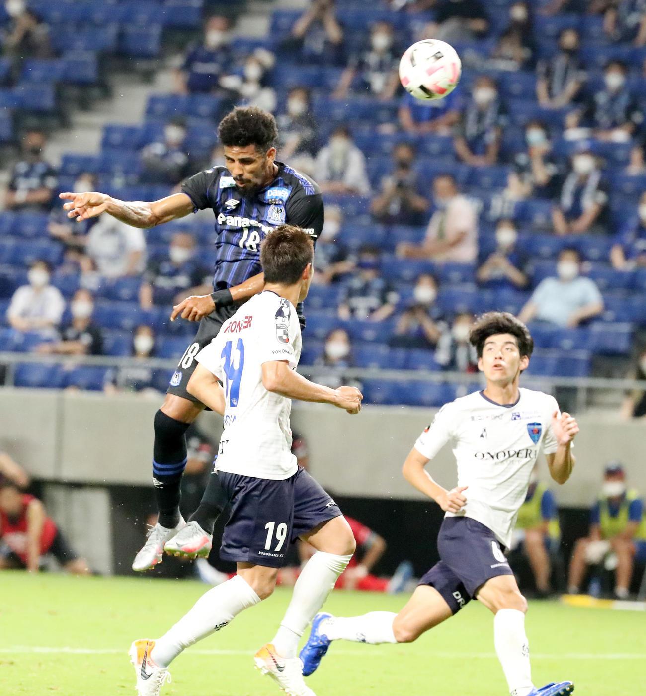 G大阪対横浜FC 後半、FW宇佐美からのセンタリングに頭で合わせゴールを決めたかと思われたG大阪FWパトリックだったが、オフサイドで得点ならず(撮影・加藤哉)