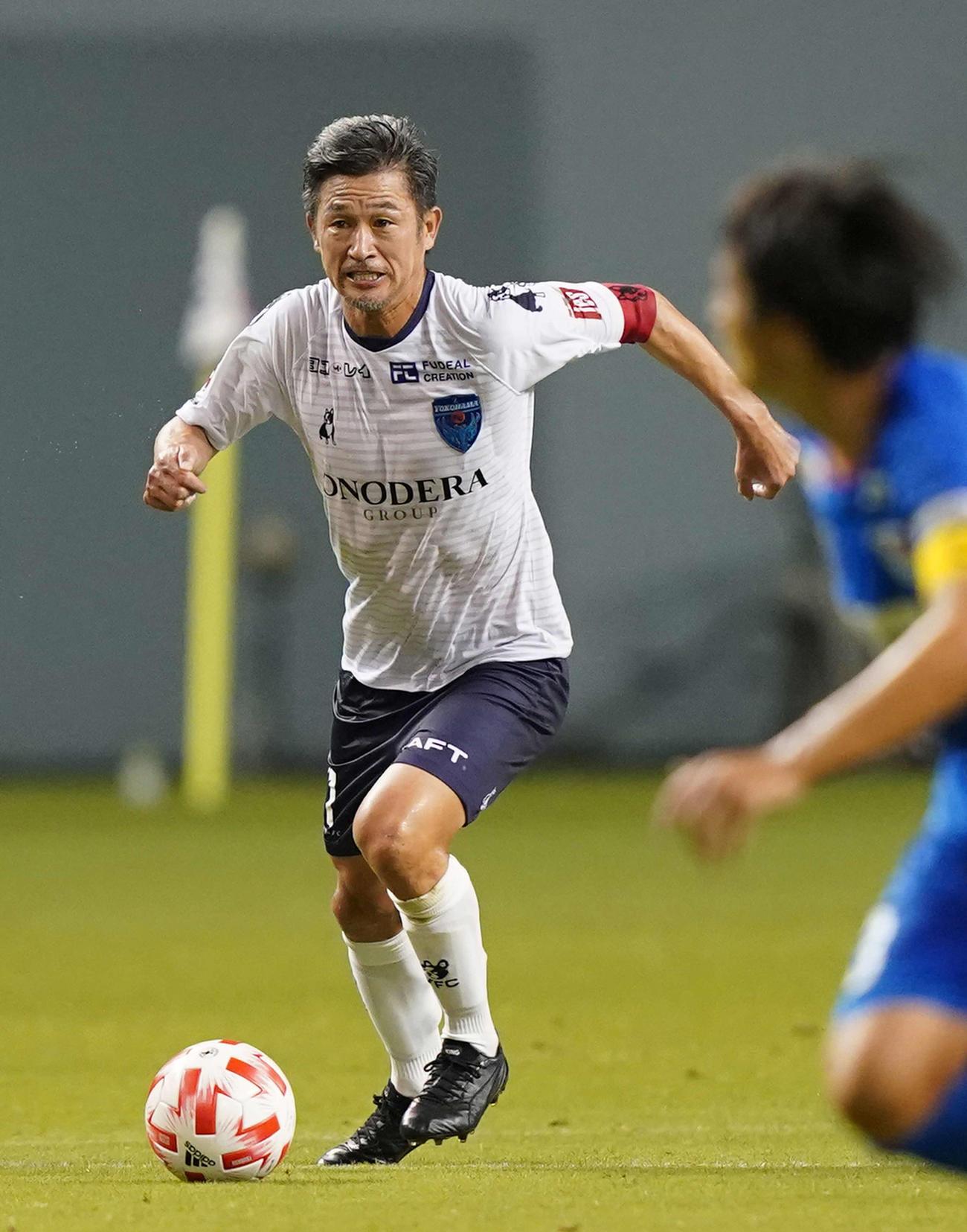 20年8月5日、ルヴァン杯鳥栖戦の前半、ドリブルする横浜FC・FWカズ