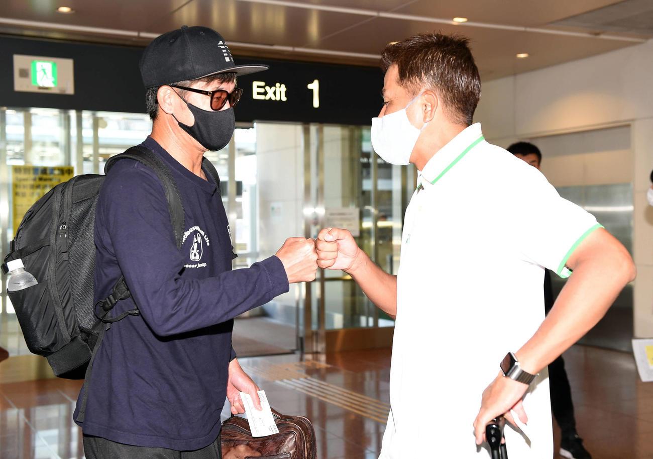 ルヴァン杯で札幌戦に出場する横浜FCのカズ(左)は、福岡へ向かう元同僚で東京Vの永井監督と偶然に会い、あいさつを交わす(撮影・たえ見朱実)