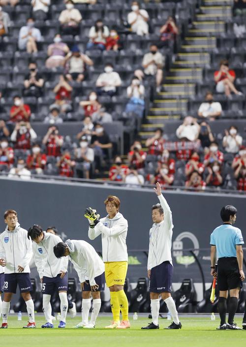 札幌―横浜FC ピッチへ入場しサポーターの声援に応える横浜FC・三浦(右から2人目)(共同)