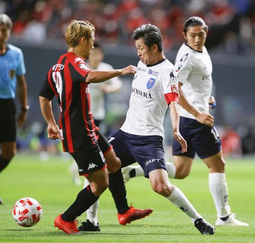 札幌―横浜FC 前半、ゴール前で競り合う横浜FC・三浦(中央)(共同)