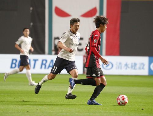 ルヴァン杯 札幌対横浜FC 前半、ボールを追うFW三浦(撮影・黒川智章)