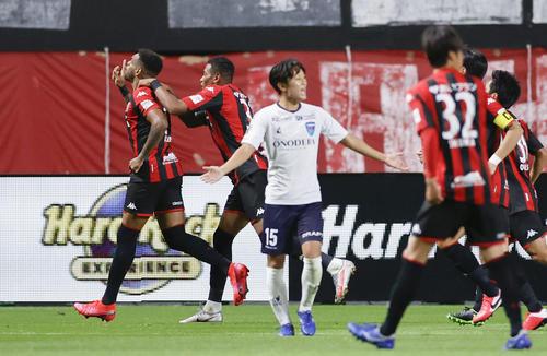札幌―横浜FC 後半、先制のPKを決め駆けだす札幌・アンデルソンロペス(左端)(共同)