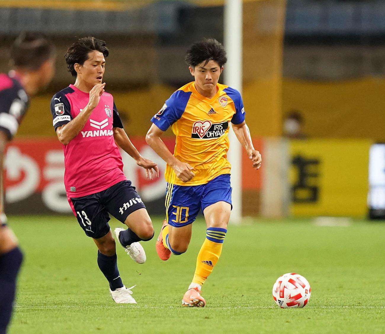 仙台対C大阪 前半、ドリブルする仙台MF田中(右)