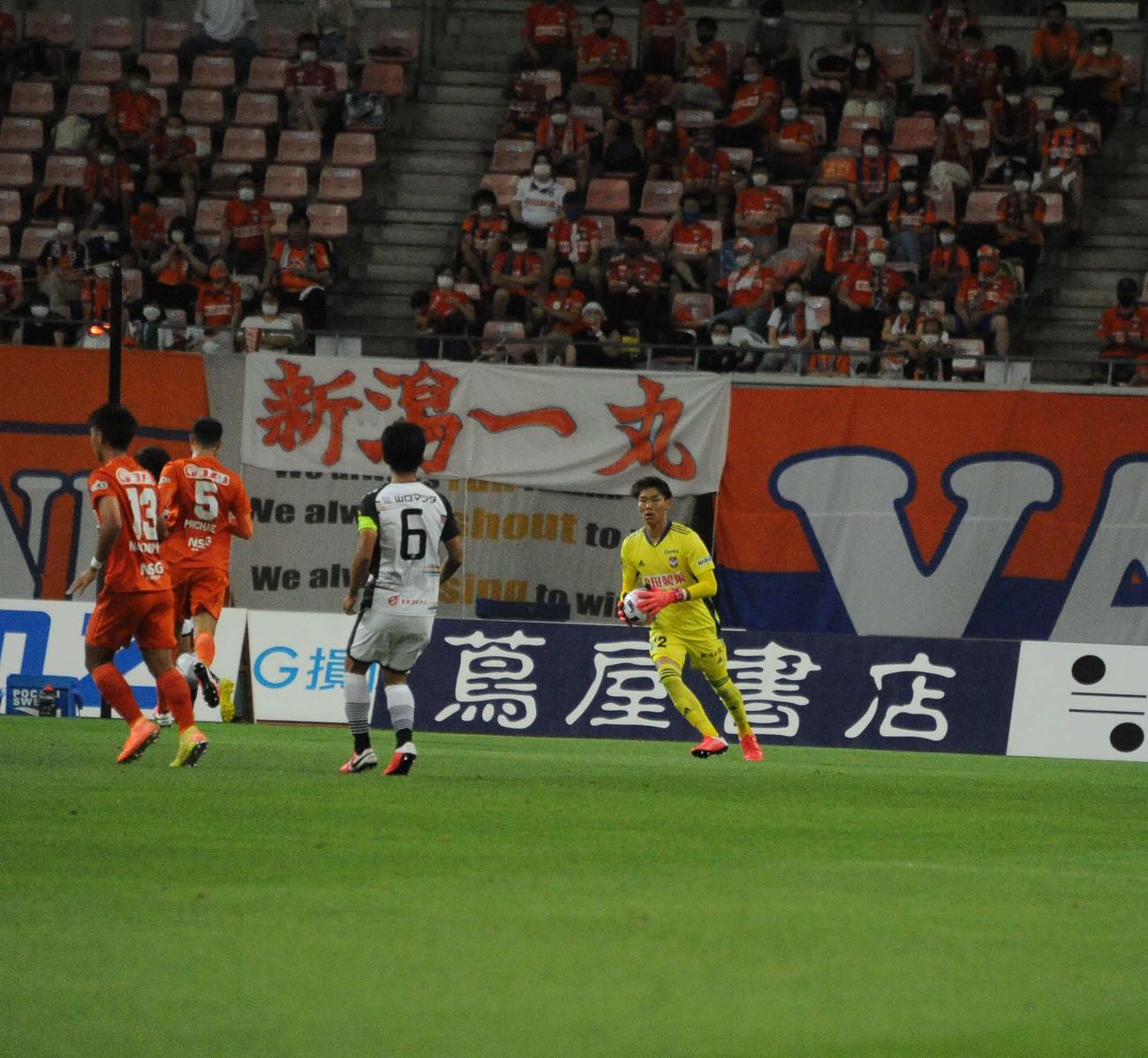 新潟対山口 開幕戦以来、10試合ぶりの出場になったGK小島(右)