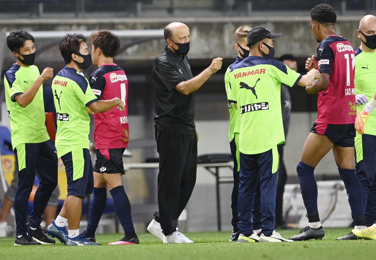 仙台に快勝し準々決勝進出を決め、選手を迎えるC大阪・ロティーナ監督(中央)(共同)