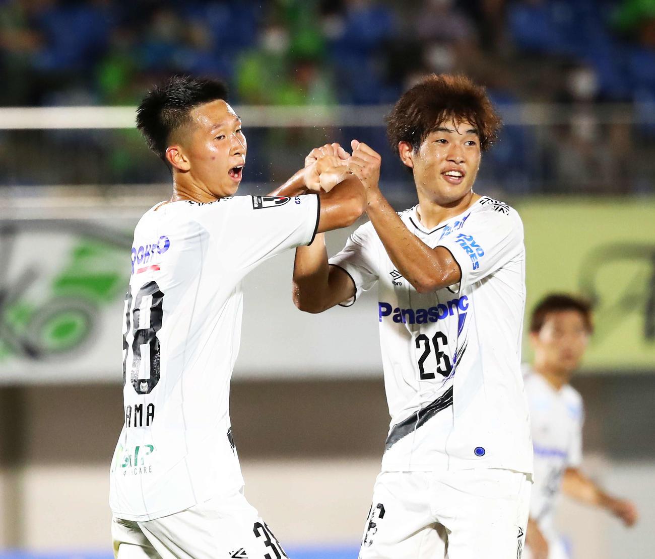湘南対G大坂 前半、勝ち越しゴールを決めたG大阪FW唐山(左)はMF奥野とグータッチを交わす(撮影・河田真司)